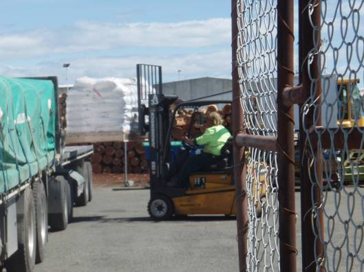 1080 storage Sollys truck beng loaded, POer Nelson, 24 Sept 2014
