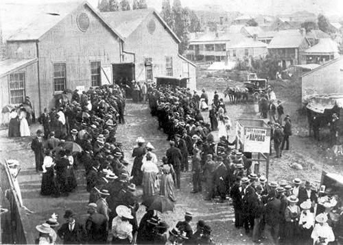 women voting queue